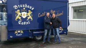 Michael Bonefas und Braumeister Friedrich Schulte bei der Übergabe des neuen Ausschankfahrzeugs