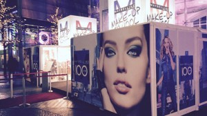 Promocube Maybelline mit rotem Teppich