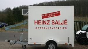 Stammkunde Heinz Saljé aus Bekond erhält ein einachsiges Kühlfahrzeug
