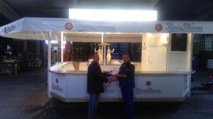 Thomas Thiel bei der Übergabe des mobilen Bierstands GA 5000-8 EK an Getränke Hintz in Itzhoe