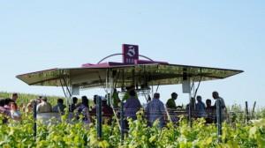 Weinpräsentation mit Wein-Verkaufswagen