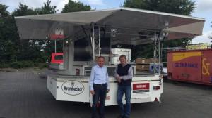 Herr Tebben und Herr Becker freuen sich über den neuen Ausschankwagen GA 4600-8 EKT Moritz.