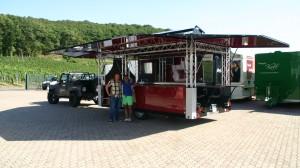 Unser Außendienstmitarbeiter Michael Bonefas übergibt den Cocktailwagen an Massimo Fard