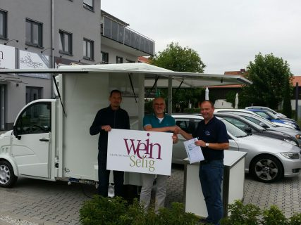 Unser Außendienstmitarbeiter Thomas Thiel während der Übergabe an die WeinSelig Geschäftsführer Keith Bain und Frank Elsesser
