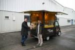 Lars Clever und Mitarbeiter Jörg Roos während der Übergabe am Morgen