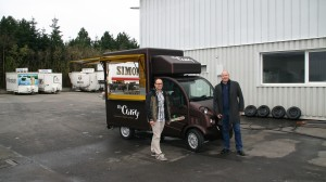 Sichtlich erfreut nimmt Lars Clever das O's Curry Mobil Mannheim entgegen