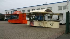 Vorne ein Weinausschankwagen, hinten ein Fahrzeug mit integrierter Kühlzelle