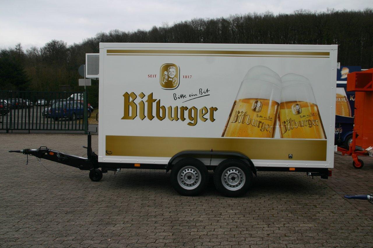 Getränke Welsch freut sich über Kühlanhänger im Bitburger-Design