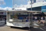 Bereit für die Fans: ein Ausschankwagen am Alexanderplatz.