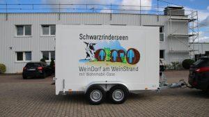 Mit dem Logo des Weindorfs versehen.