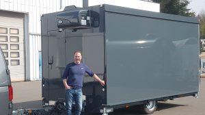 Harald Miksche von der Privatbrauerei  Glaabsbräu mit dem neuen Ausschankwagen.
