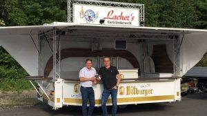Michael Bonefas übergibt den Wagen an Geschäftsführer Axel Lacher.
