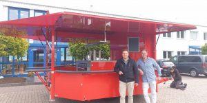 Markus Schreyer bei der Fahrzeugübergabe mit Michael Bonefas von CTR.