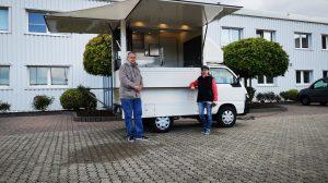 Die neuen Besitzer mit ihrem Suppenmobil.